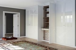 Puerta abatible lacada blanca con vidrio blanco