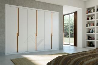 Puertas abatibles lacada blanca con tirador en roble barniz